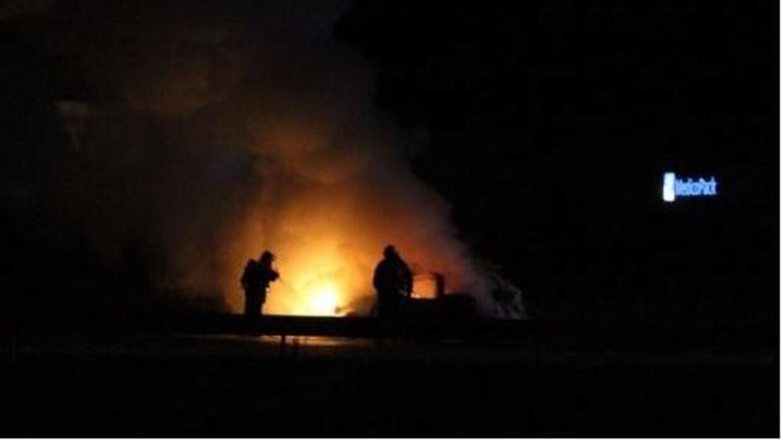 Natten til søndag brød en bil i brand på motorvejen ved Langeskov. Foto: Presse-Fotos.dk