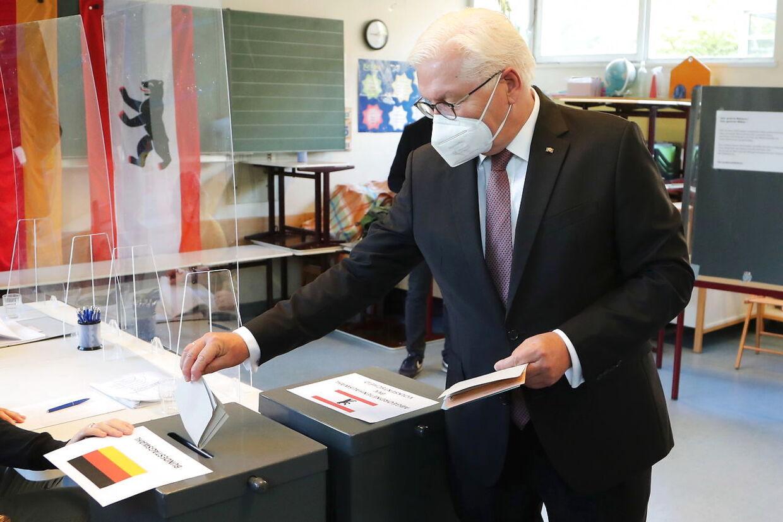 Valgstederne åbnede kl. 8 søndag morgen. Her ses den tyske forbundspræsident Frank-Walter Steinmeier stemme.