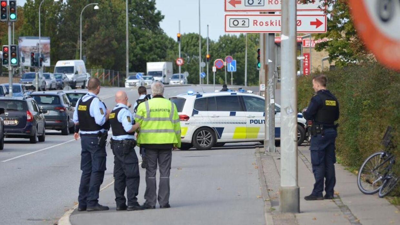 Politi og bilinspektør ved ulykkesstedet i Rokilde.