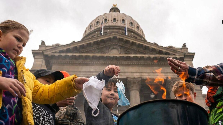I marts, da corona var på vej ned i Idaho, brændte folk mundbind foran delstatens Kongres. Nu er delstaten i kæmpe coronakrise.