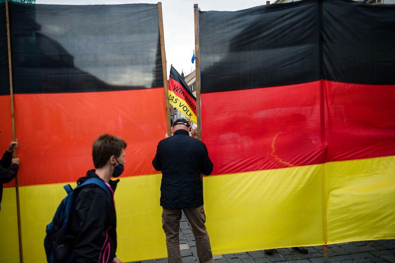 Der har været kamp om brugen af det tyske flag under valgkampen. Her bruges det ved et AfD-vælgermøde.