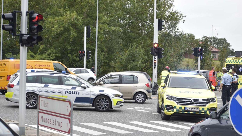 Østjyllands Brandvæsen og politiet er til stede ved færdselsuheld i Tilst.
