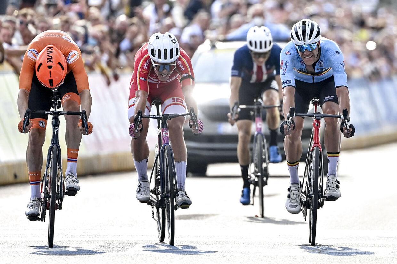 Michael Valgren (i rødt med hvid hjelm) var både centimeter fra andenpladsen Dylan van Baarle (yderst tv.) og fra fjerdepladsen Jasper Stuyven (længst til højre).