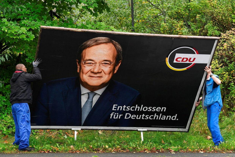 På vej væk? CDUs spidskandidat, Armin Laschet, blev mandag spurgt, om han vil træde tilbage. Han siger dog, at han går efter at danne regering.