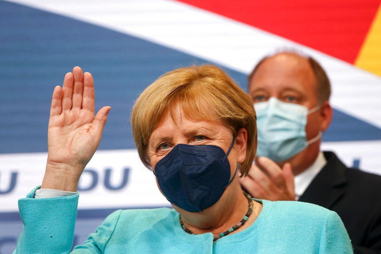 Kansler Angela Merkel bliver siddende, indtil en ny regering er fundet, og det kan godt trække ud. I 2017 tog det næsten et halvt år.