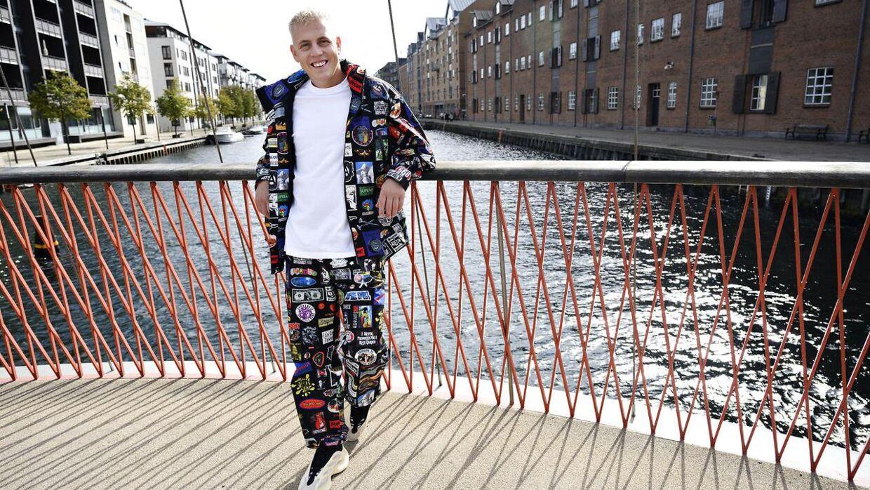 Sidste sæson iklædte Martin Jensens daværende forlovede ham i spraglet og farverigt tøj. Nu danner han par med hendes assistent, så i år kommer han selv til at vælge sine outfits i 'X Factor', hvilket han selv mener at have ret godt styr på - og der bliver fortsat ikke sparet på blikfanget.