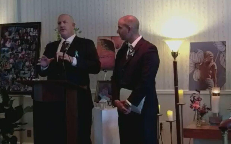 Joe Petito (tv.) holdt tale ved mindehøjtideligheden. Ved hans side ses Gabby Petitos stedfar, James Schmidt.