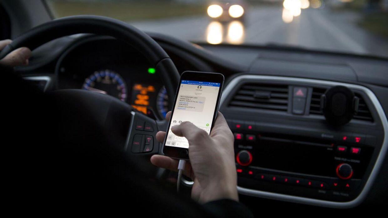 Straffen for en bøde på 1.500 kroner og et klip i kørekortet skal skærpes, hvis man bliver snuppet i at sidde med mobilen, imens man kører bil. Det mener flere transportordførere, der vil drøfte sagen med ministeren.