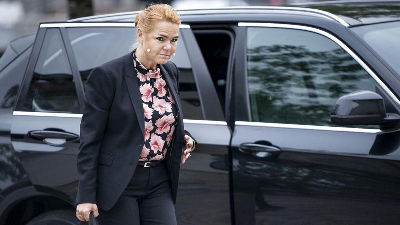 Inger Støjberg på vej til Rigsretten i det outfit, som Christiane Vejlø ikke mener, at journalister bør beskrive for indgående.