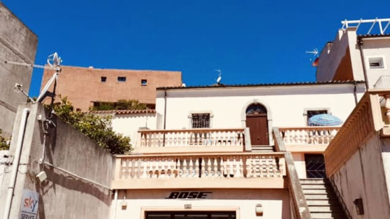 Sådan ser hans hus ud, der ligger i La Maddalena.