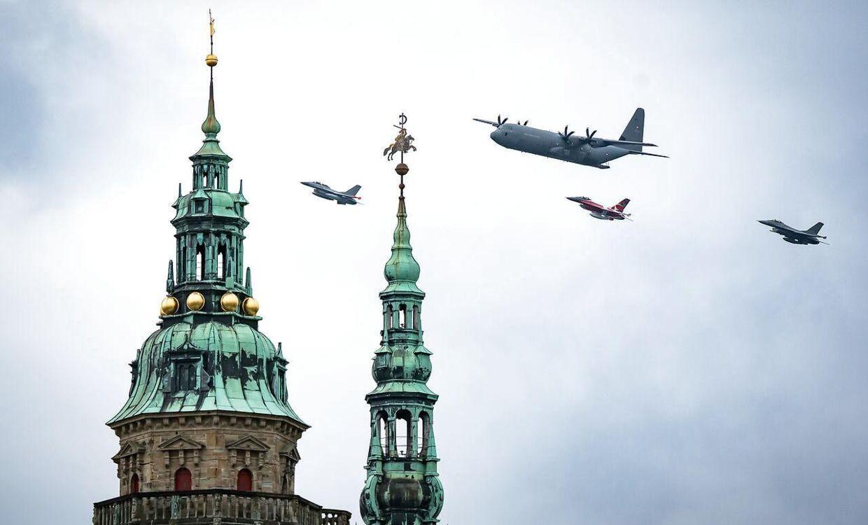 Hercules C-130 og F-16 kampfly flyver forbi Kronborg Slot i Helsingør, torsdag den 1. oktober 2020.. (Foto: Emil Helms/Ritzau Scanpix)