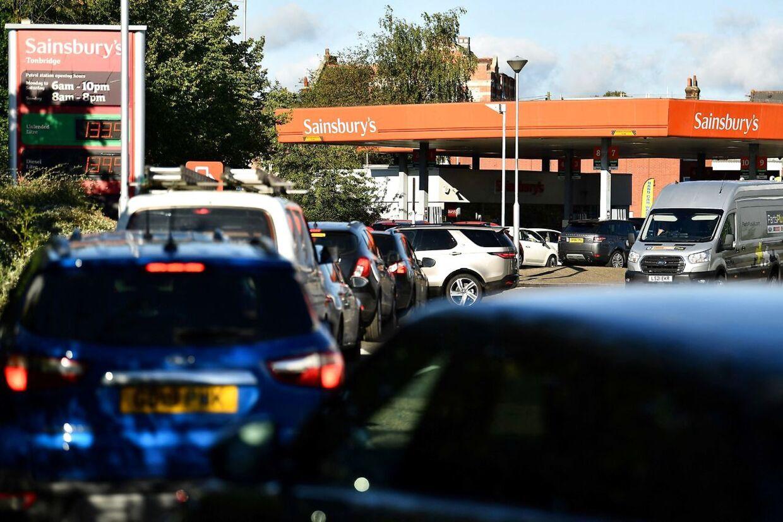 Her ses en af de lange bilkøer, som har vist sig ved landets tankstationer.