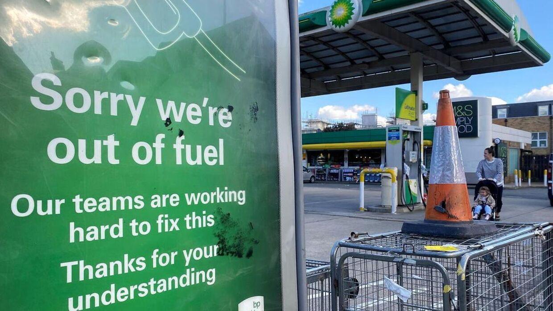 Der hærger i øjeblikket en brændstofskrise i Storbritannien, idet der mangler chauffører til levere brændstof til landets tankstationer.