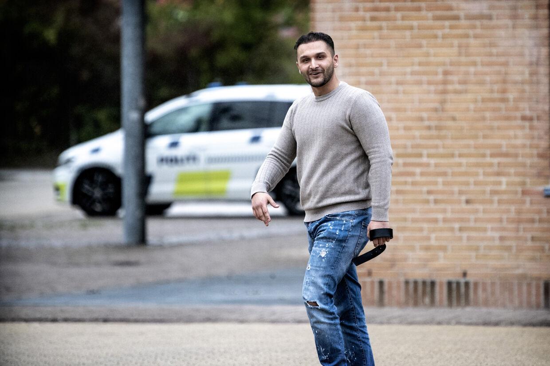 Santino Levakovic er søn af »sigøjnerbossen« Gimi Levakovic og fik i fredags en dom på to år og 9 måneders fængsel for tricktyverier. Modsat sine fætre Dollar, Jimmy og Jura er han dansk statsborger og kan ikke udvises.