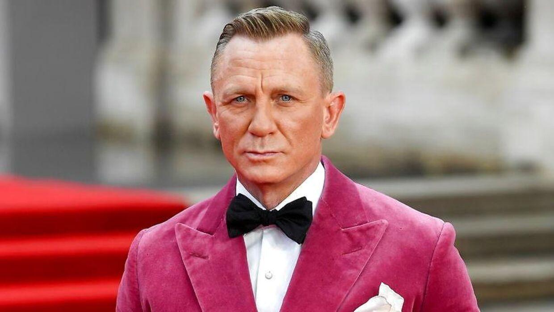 Daniel Craig i det lyserøde velour-jakkesæt til verdenspremieren på 'No Time To Die.'