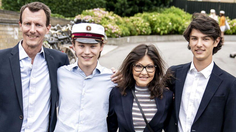 Prins Felix sammen med prins Joachim, grevinde Alexandra og prins Nikolai efter at han er blevet student fra Gammel Hellerup Gymnasium.