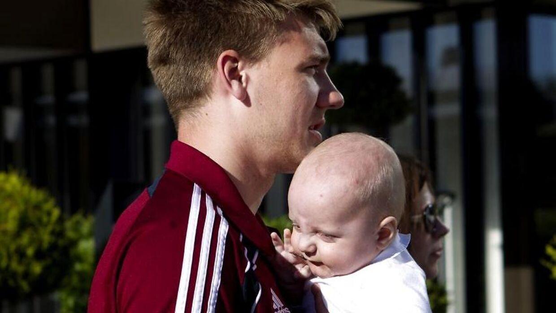 Nicklas Bendtner med sin og Caroline Flemings søn Nicholas, da han var under et år gammel, og Bendtner var på landsholdslejr i juni 2011.
