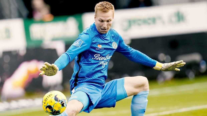 Viborgs unge målmand, Lucas Lund Pedersen, redder en afslutning fra Silkeborg, da de to hold mødtes i sidste måned
