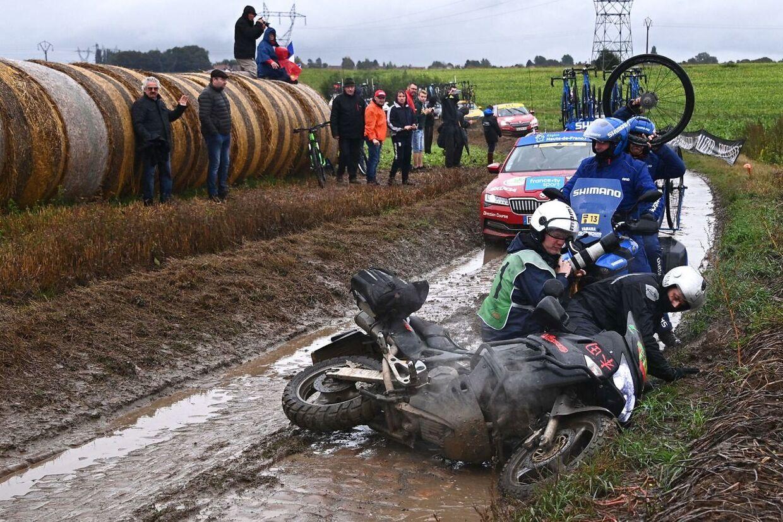 Det var ikke kun rytterne, der havde svært ved at undgå styrt.