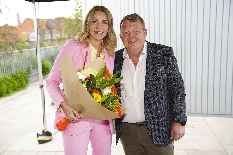 Helle Thornings tidligere hovedmodstander, forhenværende Venstre-formand og statsminister Lars Løkke Rasmussen, mødte op med en stor buket blomster.