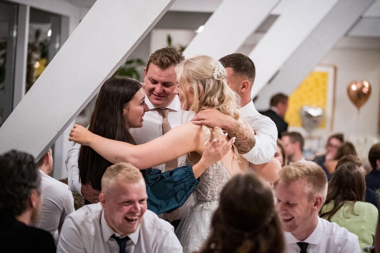 'Årgang 20'-parret Maria Mainz og Daniel Brask-Andersen blev gift i juli måned, hvor de andre 'Årgang 20'-par også var med. Her er der fælleskrammer hos de nygifte par.