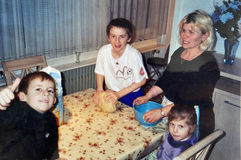Jimilian på ti år (i midten) med sin mor og to yngre søskende.