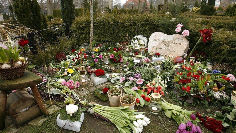 På etårsdagen for drabet på Cecilie Næblerød blev der lagt massevis af blomster foran graven på kirkegården i Hasseris.