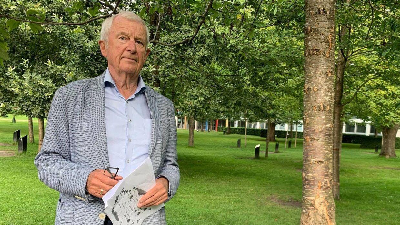 Ernst Trillingsgaard foran Cliff Richards syngende træ i Kildeparken.