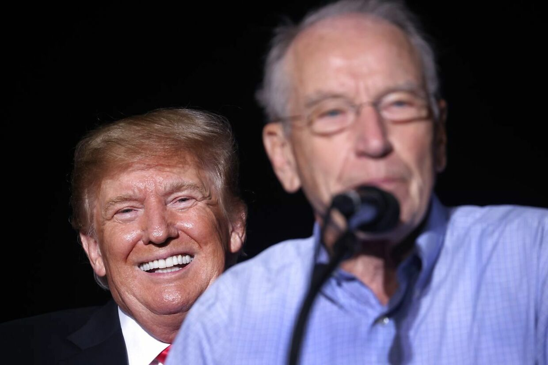 En tilfreds Donald Trump griner bag Chuck Grassleys ryg.