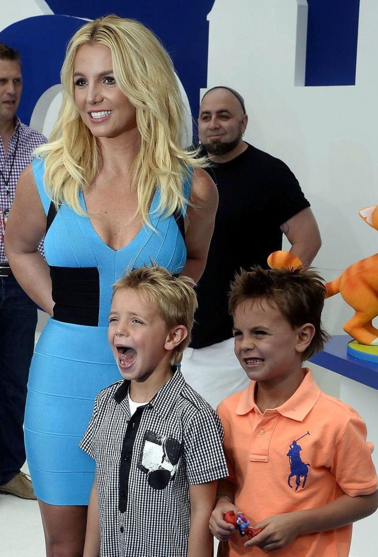 Britney Spears og sønnerne, Sean Preston og Jayden James, til premiere på ´Smurfs` i 2013. Foto: Michael Nelson.