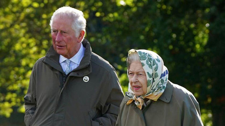 Dronning Elizabeth og prins Charles er tilsyneladende ikke alt for villige til at lade prins Andrew komme tilbage i den royale fold.