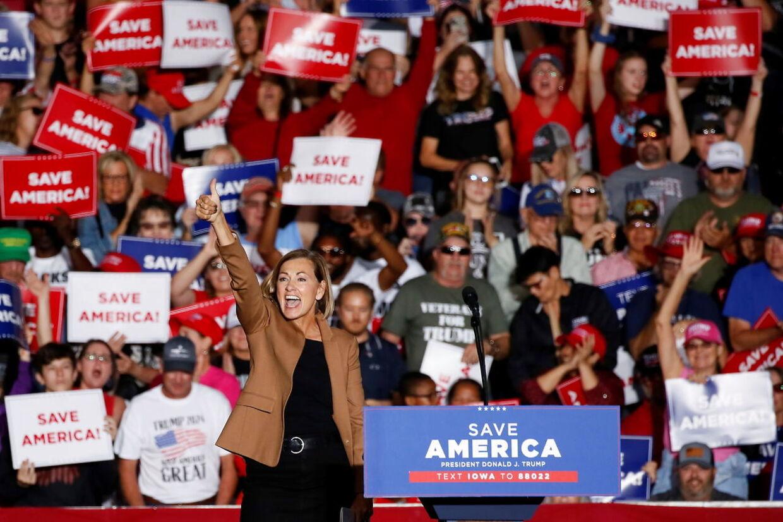 Iowa-guvernør Kim Reynolds stillede også op ved Donald Trumps vælgermøde.