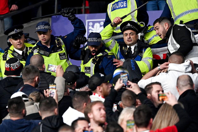 Politifolkene måtte tage voldsomme midler i brug på Wembley tirsdag.