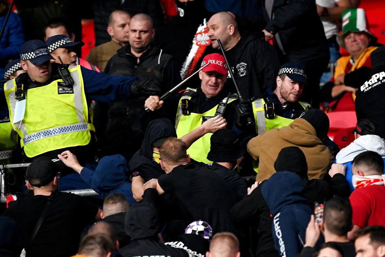 Poltiiet fik heldigvis relativt hurtigt styr på de voldelige fans.