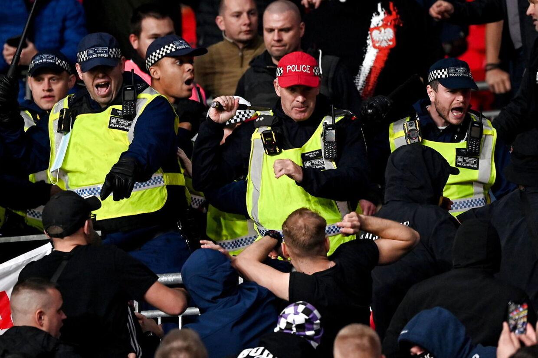 Ifølge politiet opstod uroen, da en tilskuer skulle anholdes for racistisk opførsel.