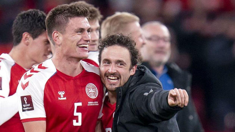 Joakim Mæhle og Thomas Delaney efter VM-kvalifikationskampen mellem Danmark-Østrig i Parken, tirsdag den 12. oktober 2021.. (Foto: Liselotte Sabroe/Ritzau Scanpix)