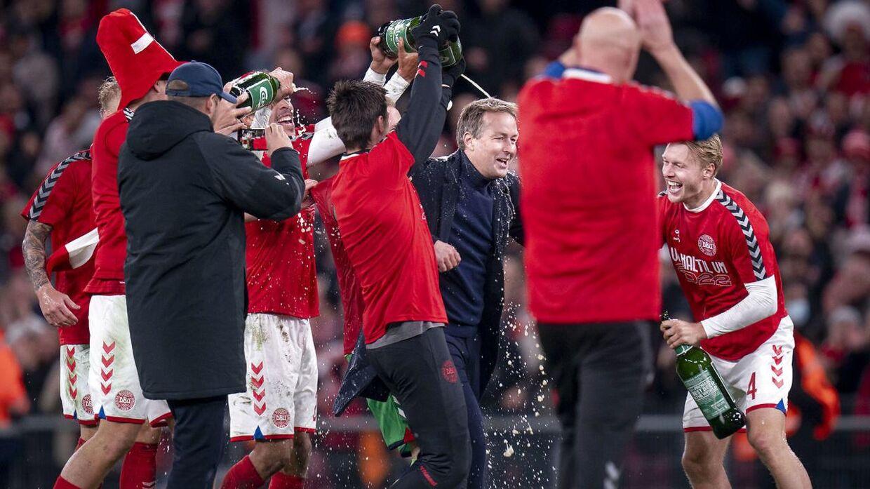 Landstræner Kasper Hjulmand blev badet i øl efter sejren.