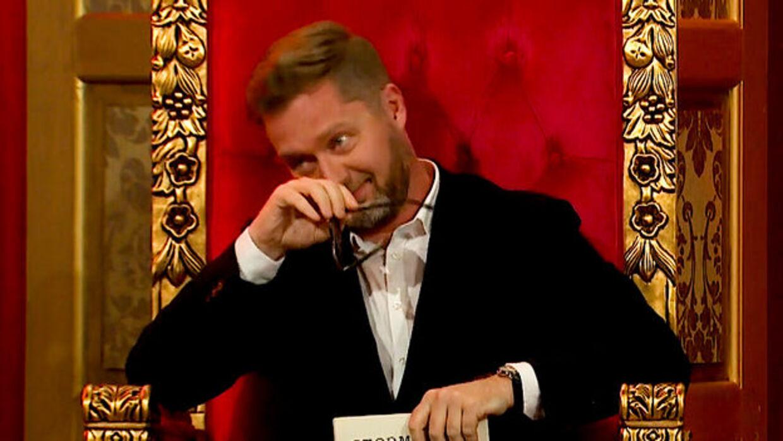 Lasse Rimmer måtte fælde en tåre for åben skærm og fyldt sal, da Tobias Rahim sang sin sang til ægteparret Steffen og Inge Glahn.
