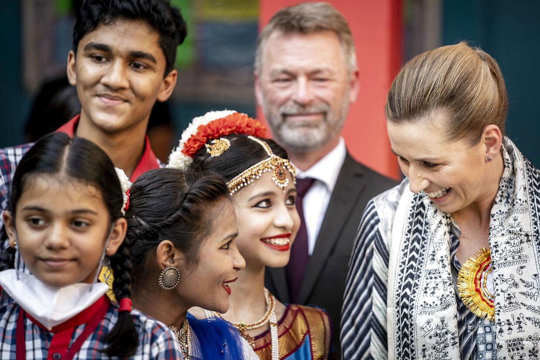 Dette billede slog Mette Frederiksen op på sin Facebook-profil i forbindelse med sit officielle besøg i Indien, hvor hun og ægtemanden Bo Tengberg besøgte Kendriya Vidyalaya skole og talte med eleverne.