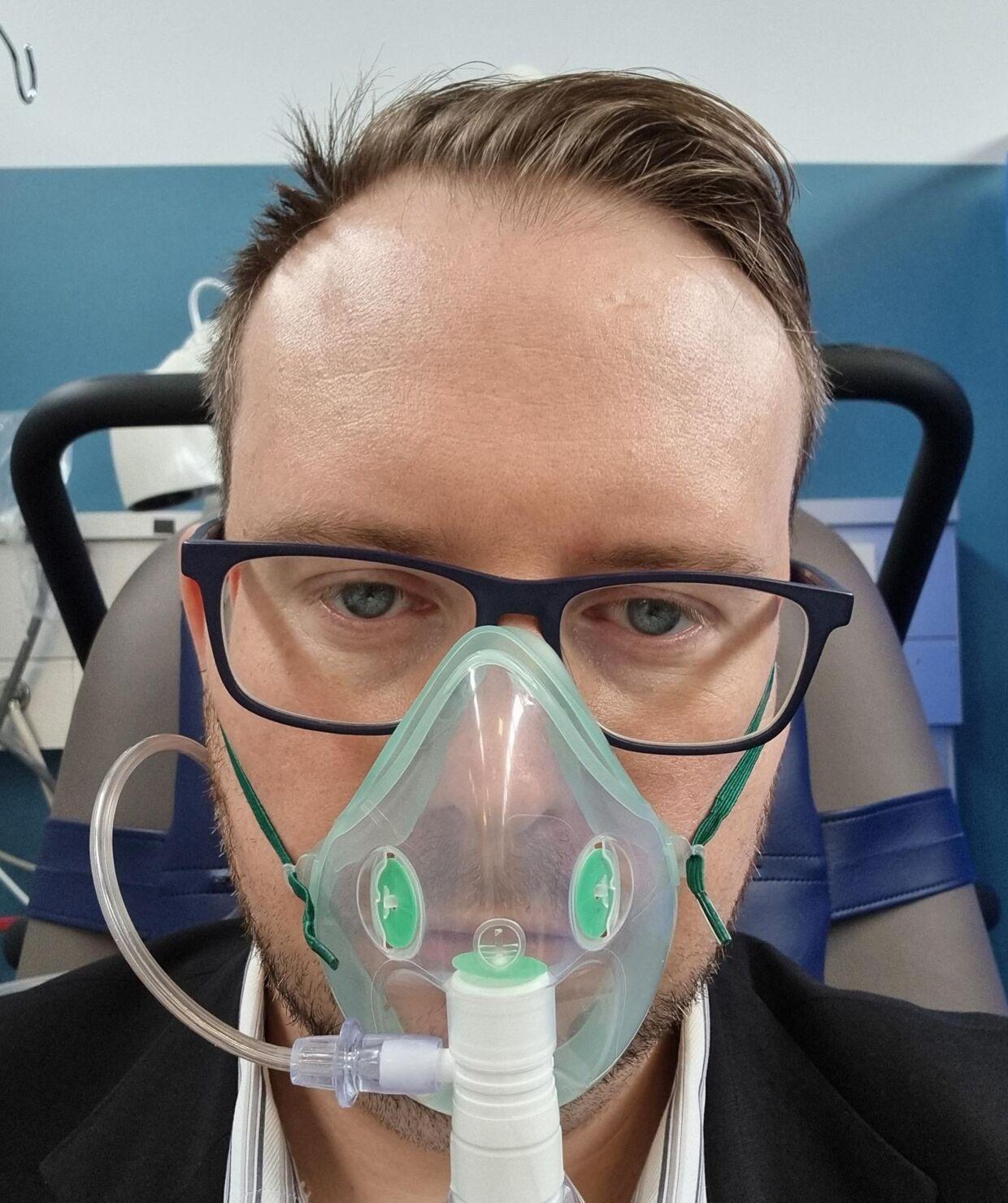 Martin med iltmaske efter at være ankommet til hospitalet