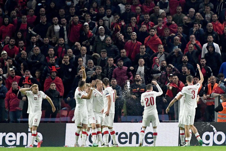 Polske spillere gestikulerede mod publikum, efter at de blev ramt af flasker under jubel over holdets 1-0-scoring i Albanien. Gent Shkullaku/Ritzau Scanpix