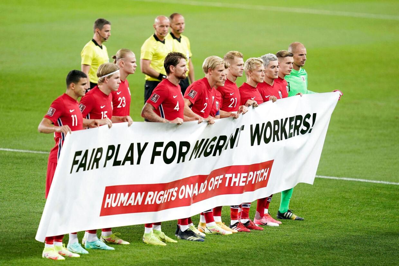 Norges fodboldlandshold har været stærkt involveret i kampen for bedre menneskerettigheder i Qatar, hvor VM afholdes i 2022. Danmark har også markeret sig i debatten, og nu kan en ny dansk linje måske være med til at forbedre tingene i fremtiden. Stian Lysberg Solum/Ritzau Scanpix
