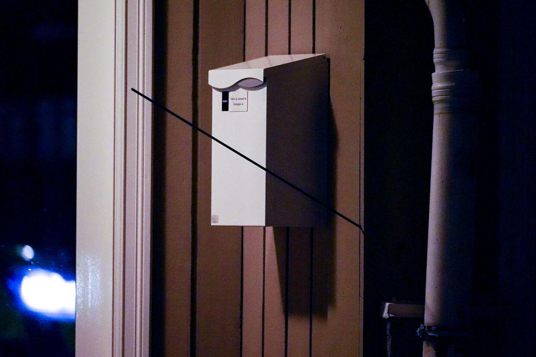 Kongsberg 20211013. En pil står i en vegg etter at en person beveget seg rundt med et våpen som skal ha vært en pil og bue i Kongsberg sentrum. Foto: Håkon Mosvold Larsen / NTB