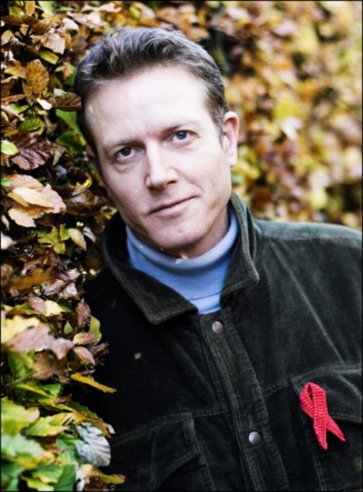 Peter Mygind er en drømmenes mand. Det har senest resulteret i en ny børneplade. Her ses han, med Aids-fondets sløjfe. Fotos: Simon Knudsen
