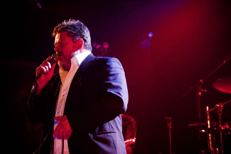Stig Rossen synger sammen med Bamses Venner til halbal i Sæby