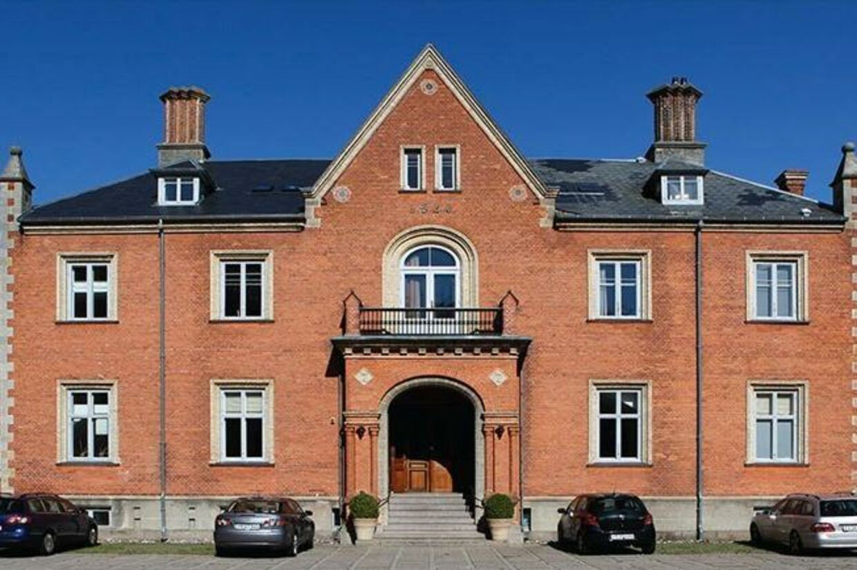 Enrum Slot er netop blevet solgt på tvangsauktion for tredje gang. Slottet er bedst kendt som Zeuthen familiens bolig i DR-serien 'Forbrydelsen'.
