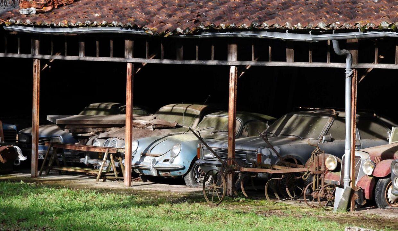 En unik bilsamling på 60 biler fra 1930'erne til 1970'erne er blev fundet af en familie i Frankrig. Bilerne er blevet vurderet til en værdi på omkring 100 millioner kroner.