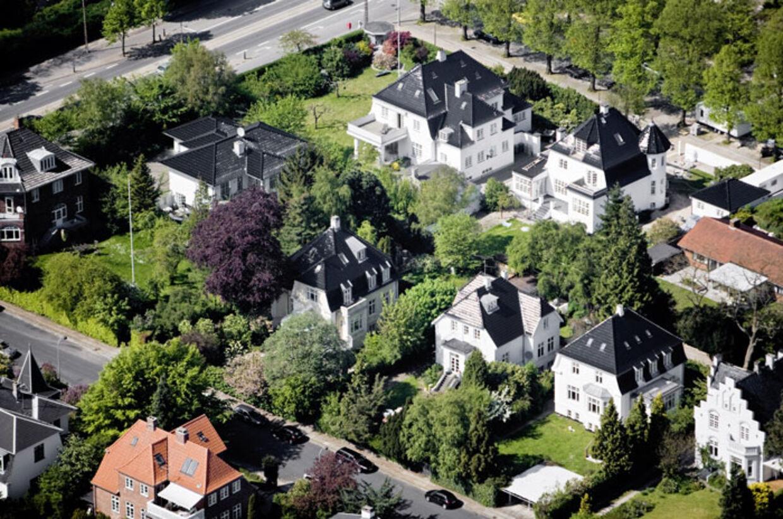 Tag med ned ad Danmarks mest eksklusive vej og se, hvor de kendte og rige bor.