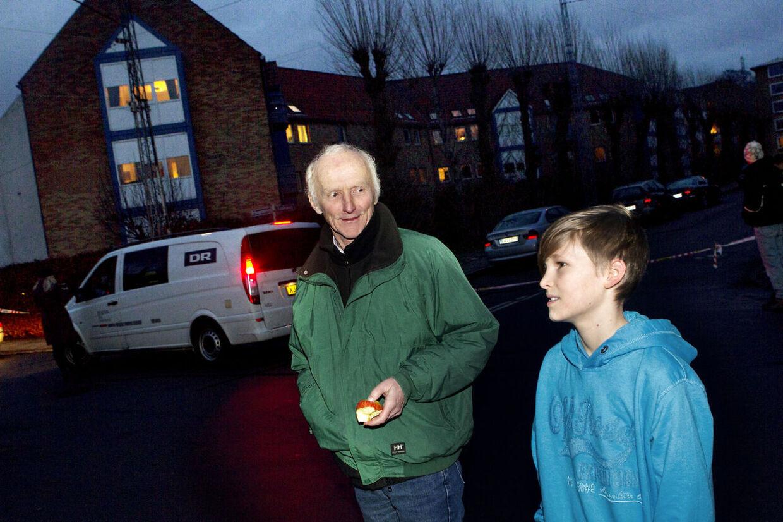 Egon Hovgaard med sit barnebarn Zeth. De var ude at gå tur tæt på Lars Hedegaards bolig på Pelargonievej 7 tirsdag eftermiddag for at se det massive politiopbud.