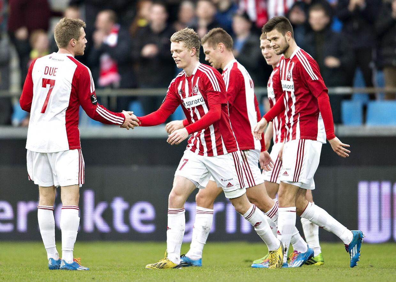 AaB-spilleren Kasper Kusk lykønskes af Anders Due efter sin scoring til 1-0 i pokalsemifinalen mod AC Horsens,